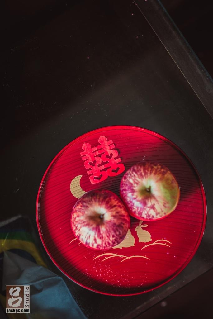 貼個囍字的盤子上放2個蘋果,象徵圓滿的喜餅禮盒