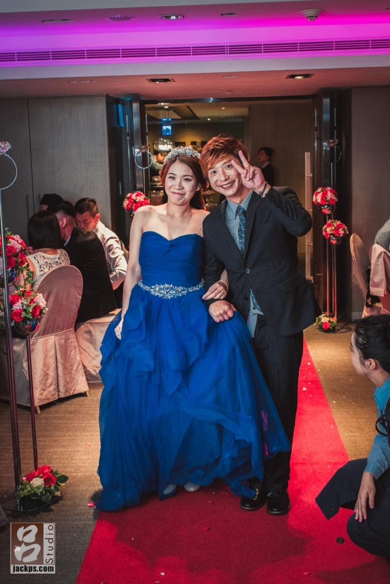 婚禮進場,新娘換上典雅的藍色晚禮服