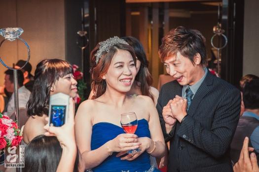 賓客把東西放在新娘肩膀上,要求新郎吃掉(一)