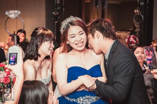 賓客把東西放在新娘肩膀上,要求新郎吃掉(二)