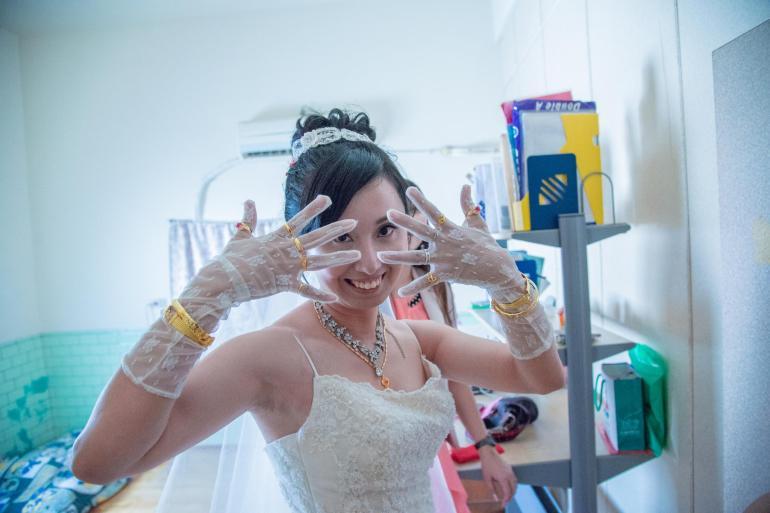 家中姑姑奶奶長輩送給她的金戒子, 新娘結婚被要求要全戴上,就變成每個手指都帶一個