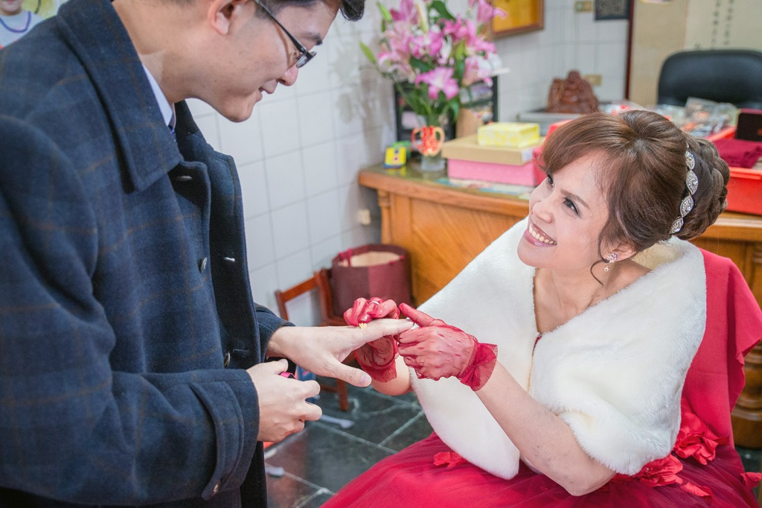 新娘在幫新郎帶戒指故意套到底, 一直在看新郎的表情,相當的有趣