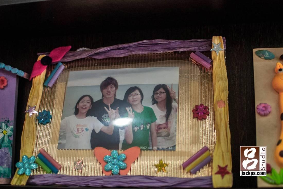 新郎與妹妹、表妹門的合照,外框是新郎的媽媽親手做的相框