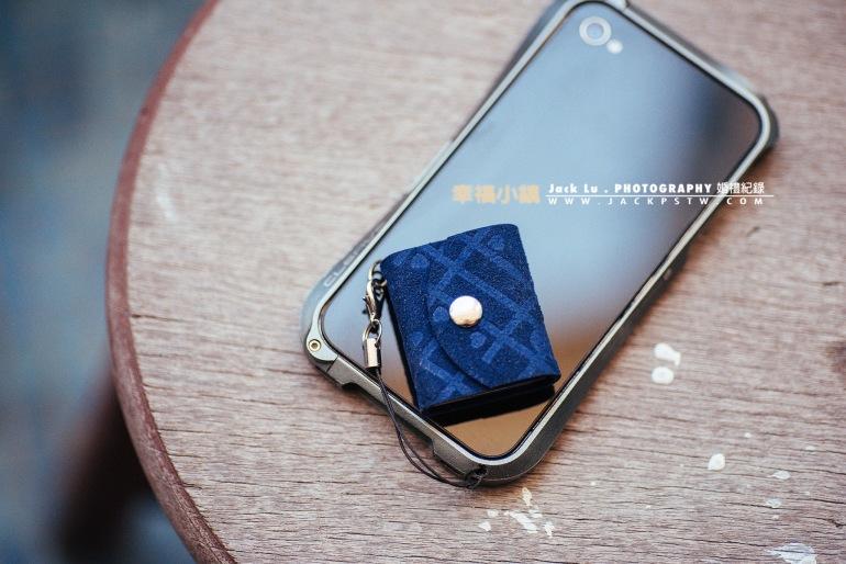 隨身袖珍書和手機大小比較