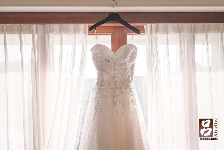 新娘白紗掛在窗旁
