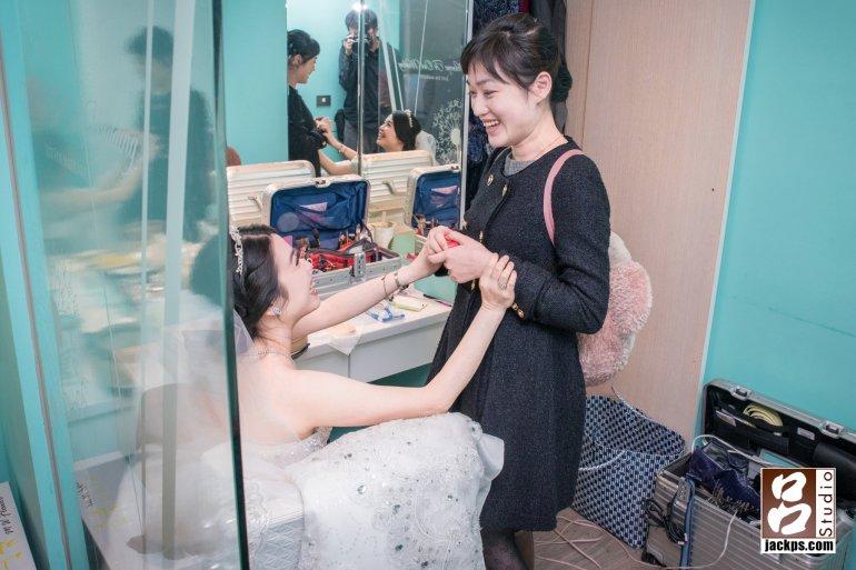 新娘看到特別遠方來參加的朋友