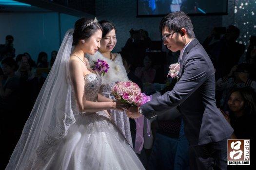 女方家長把新娘手交給新郎