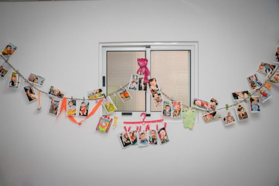 牆上掛的媽媽大肚子到小朋友出生過程照片