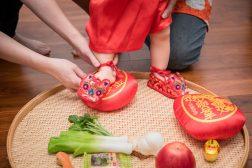 腳踩紅龜糕(代表寶寶有福氣.長壽)