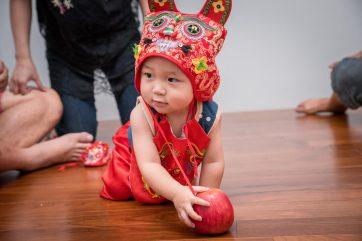 吃大蘋果(代表寶寶可以平平安安)