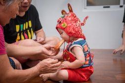 吃大雞腿(代表寶寶吃福.不愁吃穿)