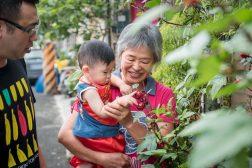 奶奶帶小朋友去看她種的花