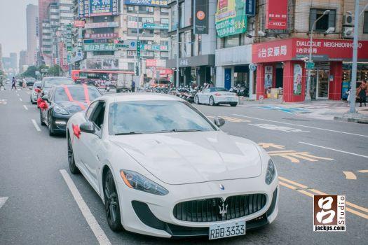 Maserati grancabrio在路上跑