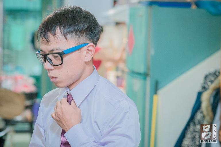 新郎整理領帶