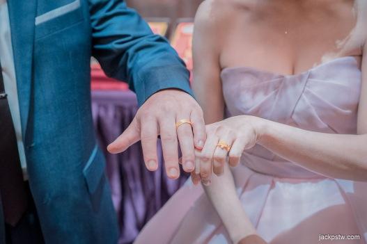 男女方手戴上訂婚戒