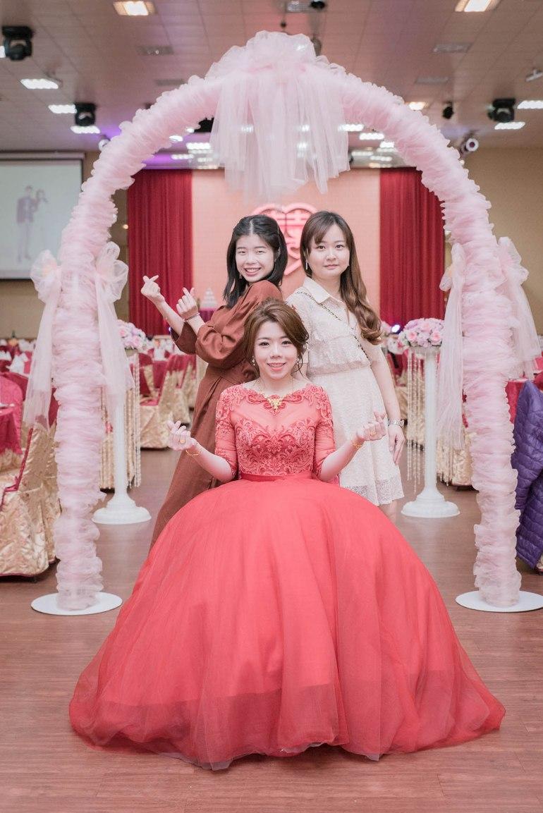 新娘坐的與她好友