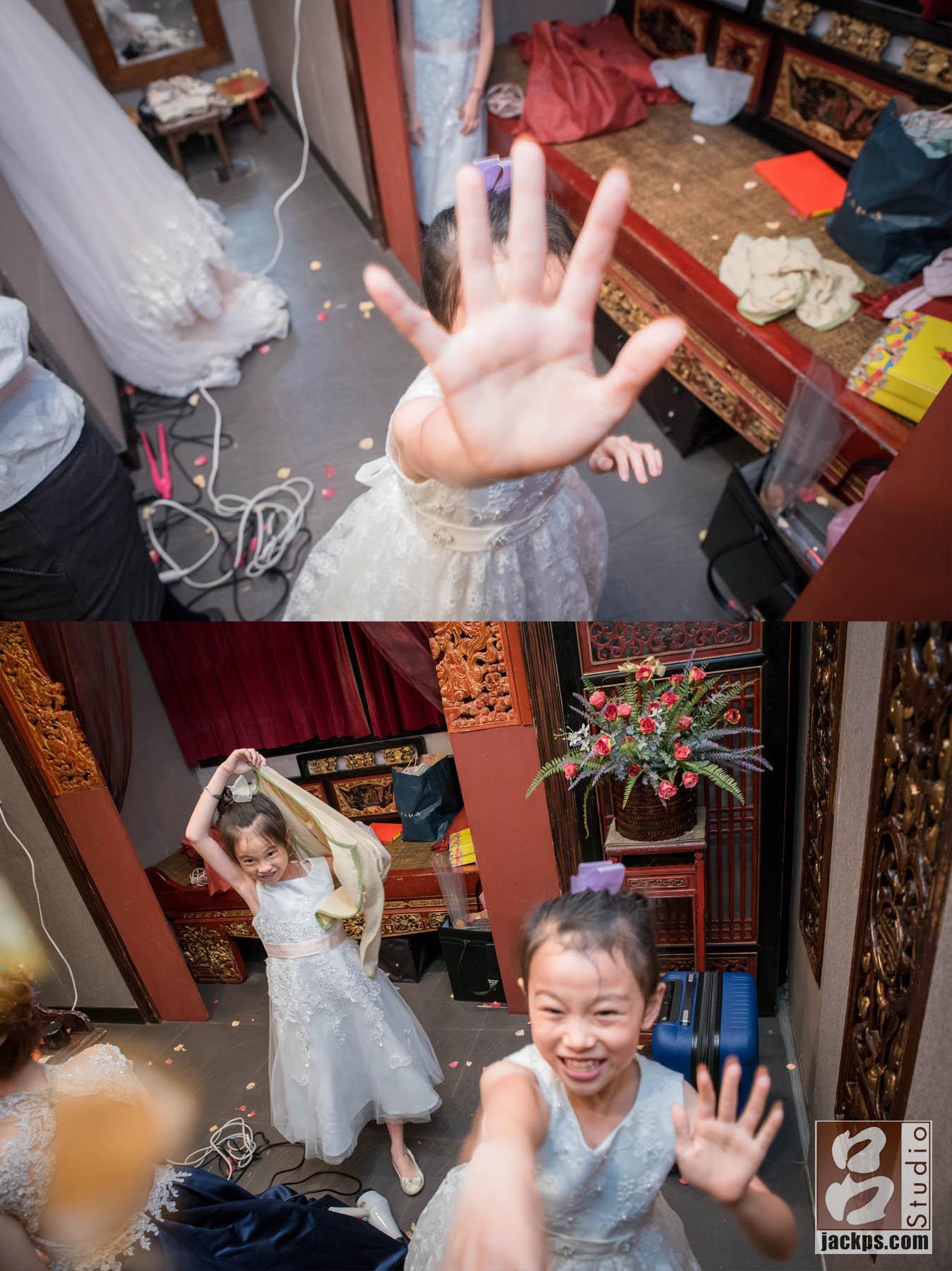 花童在新娘休息室玩耍