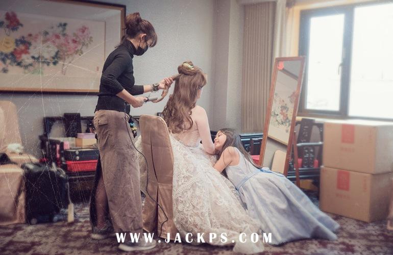 小小伴娘趴在新娘禮服上