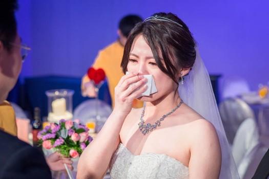 新娘感動得哭了