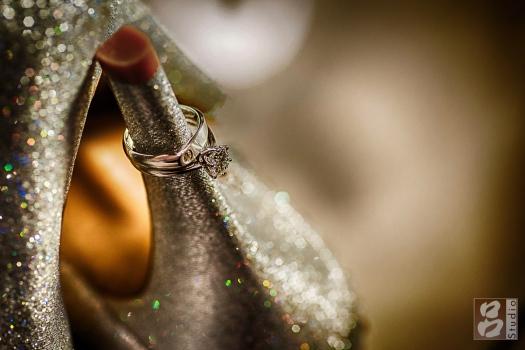 新娘婚戒與婚鞋後面散景