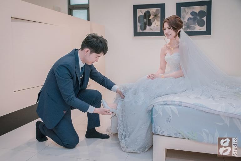 新郎替新娘穿婚鞋
