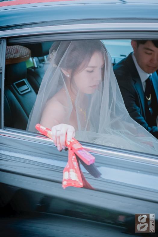 新娘手上扇子