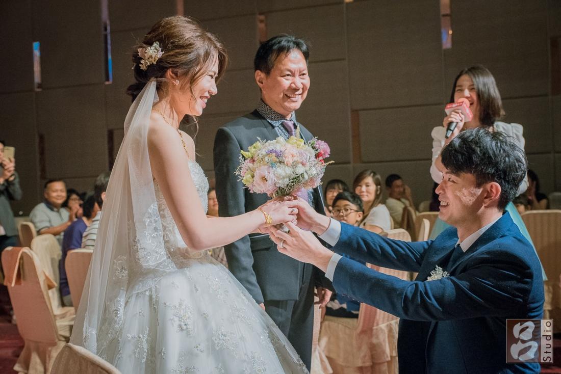 新娘笑的收捧花