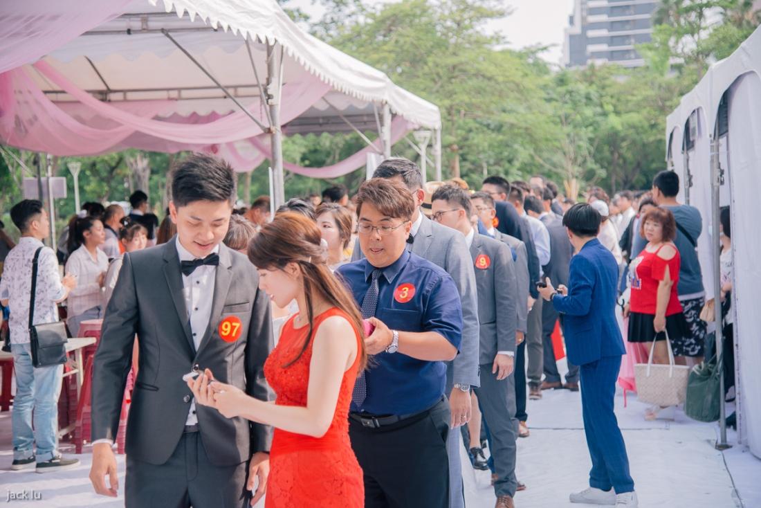 集團婚禮的新人們