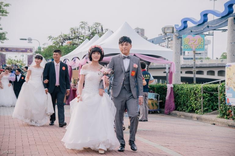 花圈造型新娘像小公主般