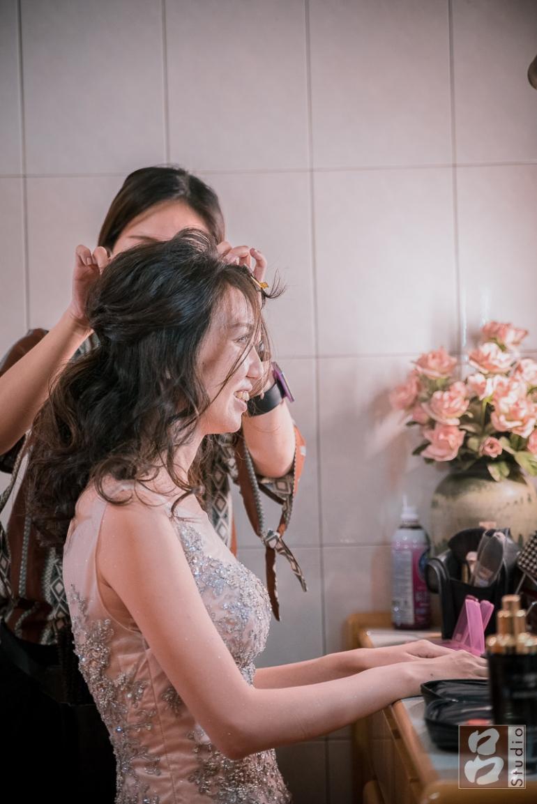 新秘正在幫新娘做髮型