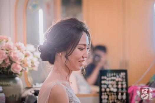 新娘坐在化妝台前