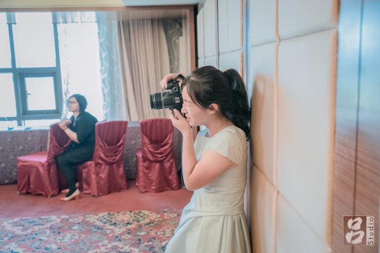 女生拿單眼拍照