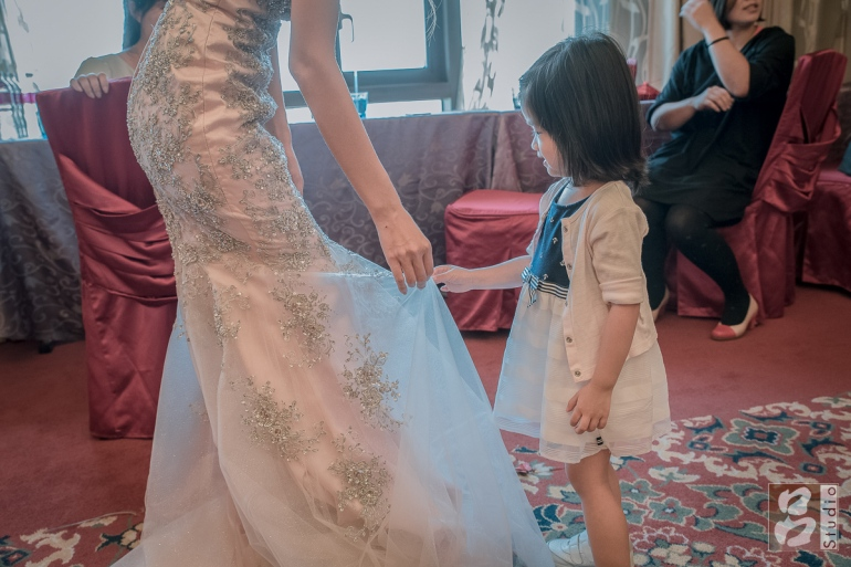 小朋友看新娘禮服