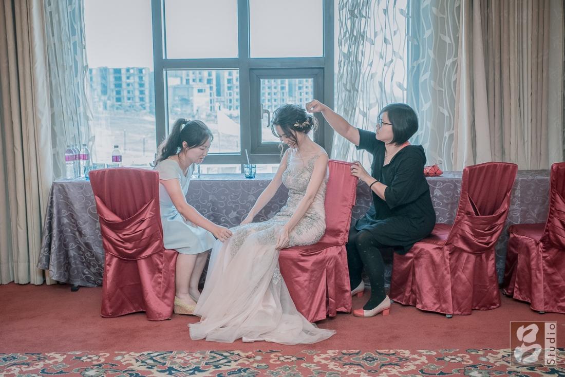 親友幫新娘整理