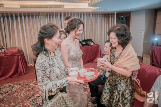 媒婆新娘和男方母親