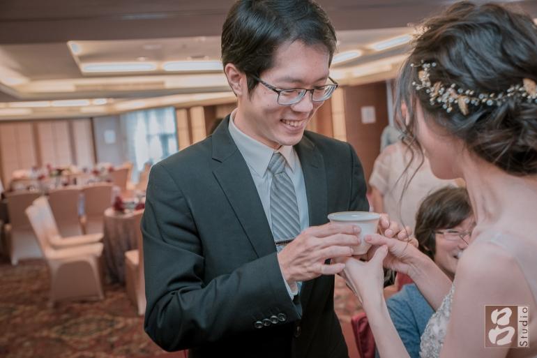 新娘奉茶給新郎
