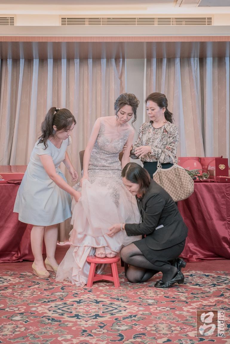 新娘坐上高腳椅
