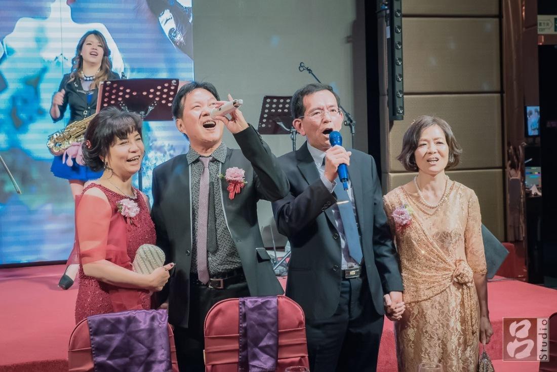 男女主婚人一起現唱