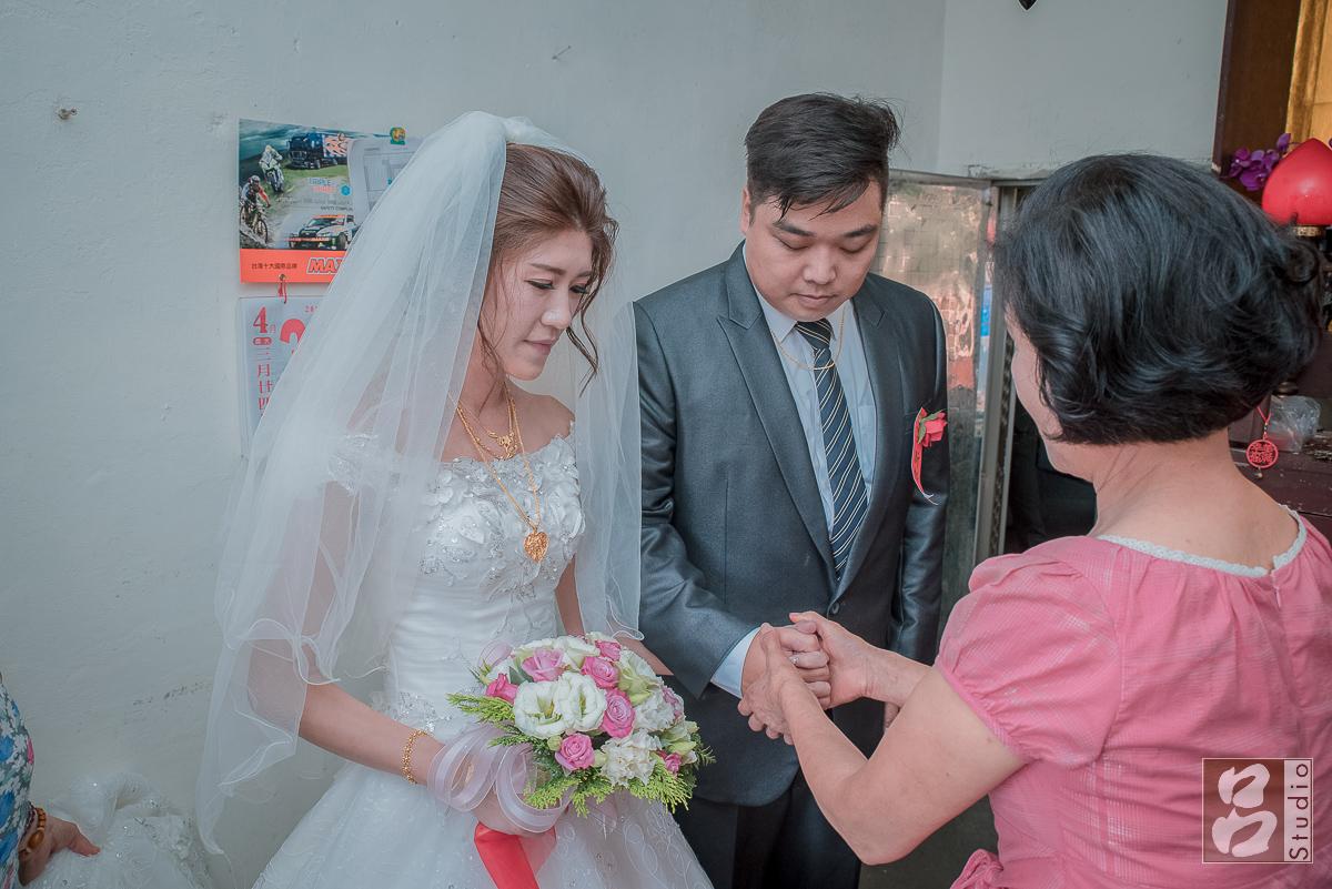 母親牽起新郎新娘的手