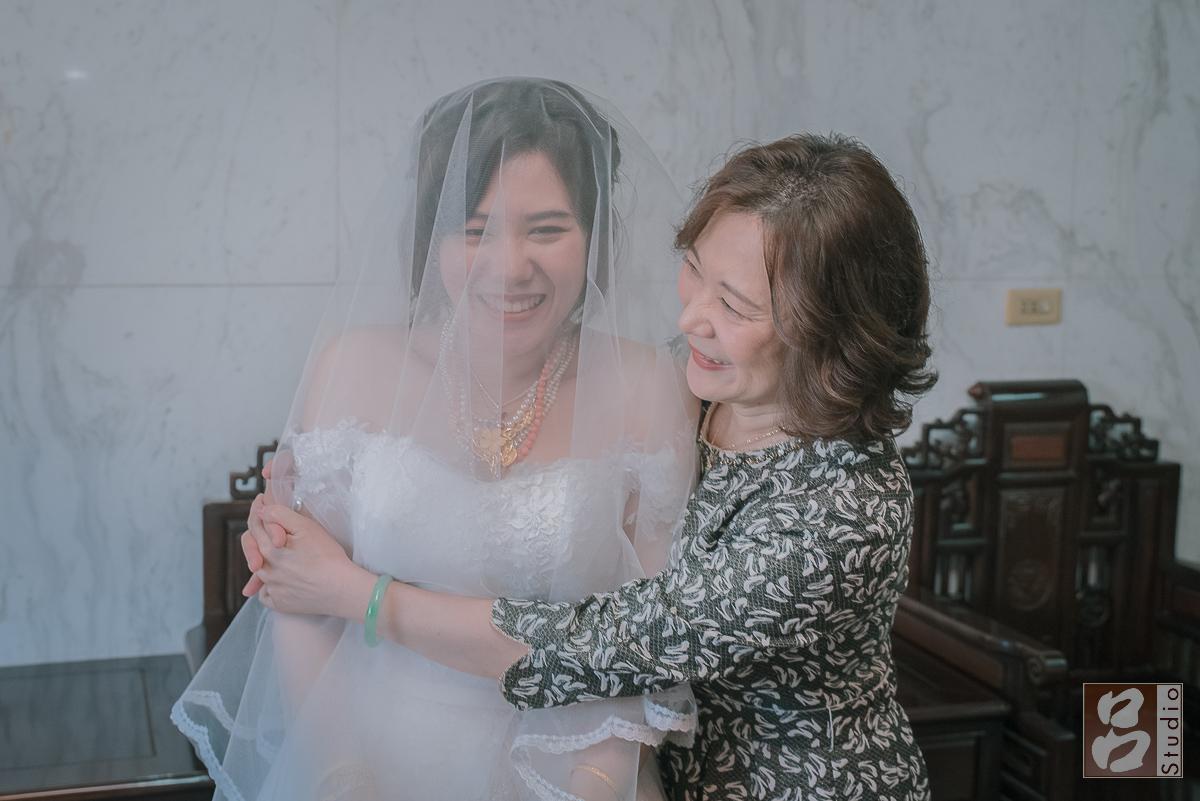 母親抱住新娘
