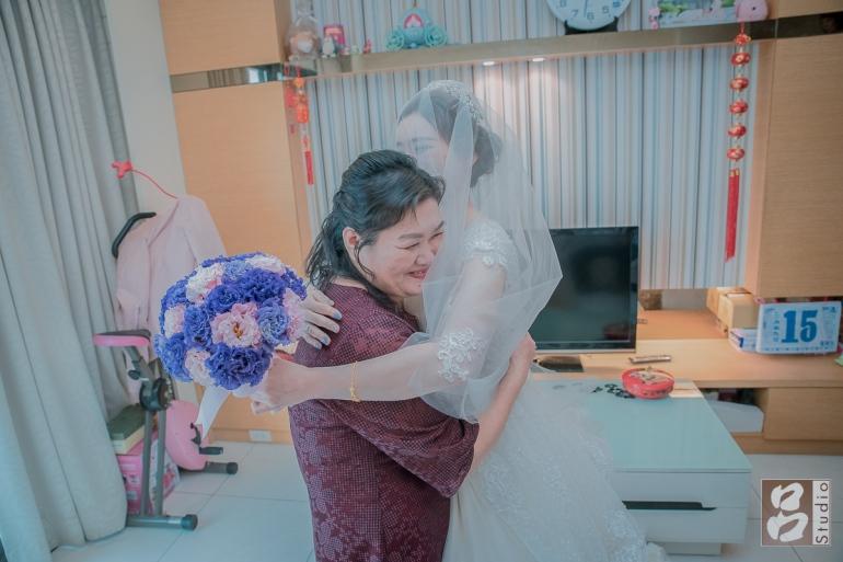 媽媽開心抱住女兒