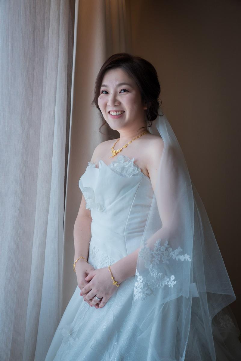 白紗新娘窗外光