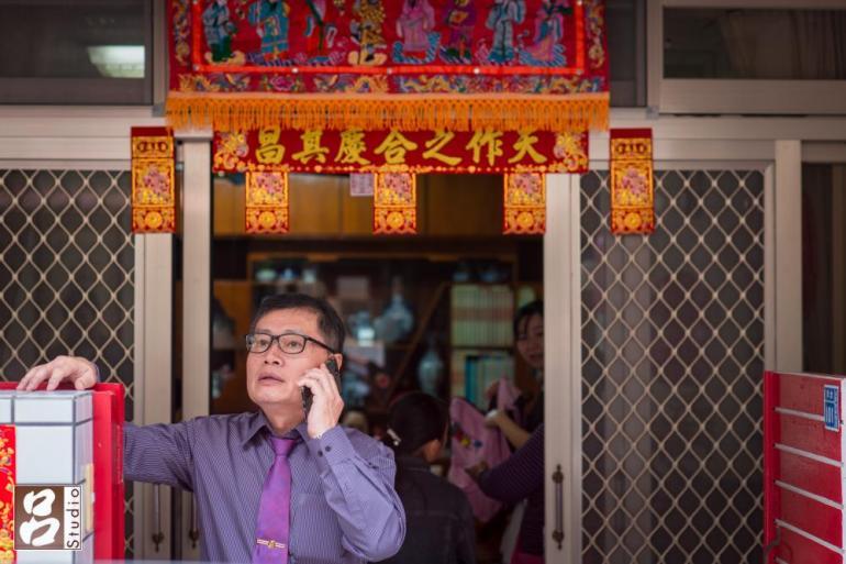 男方主婚人講電話聯絡婚禮相關事宜