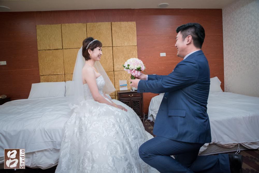 新郎送上捧花給新娘