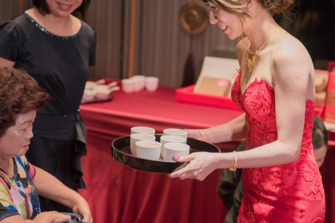 新娘端的茶給男方親友喝茶