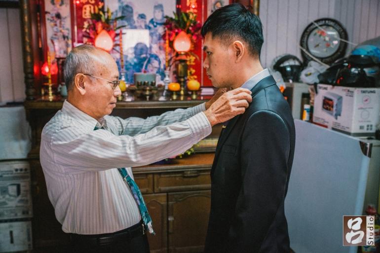 父親幫兒子整理下衣服