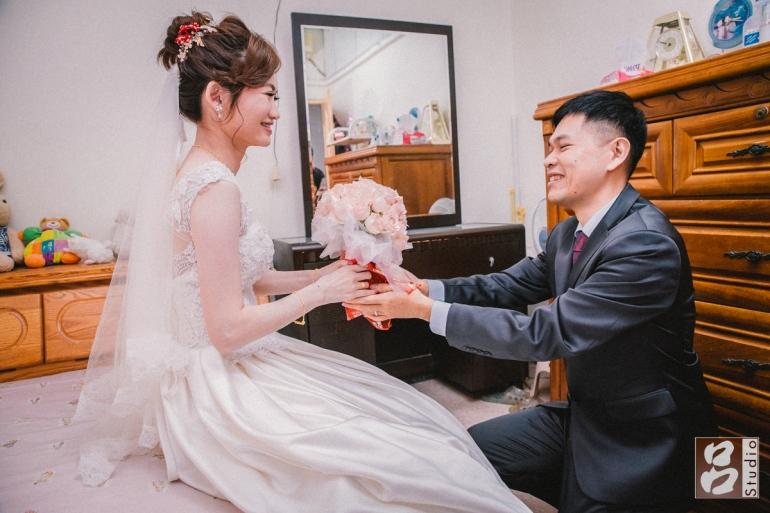 新郎跪下獻上捧花給新娘