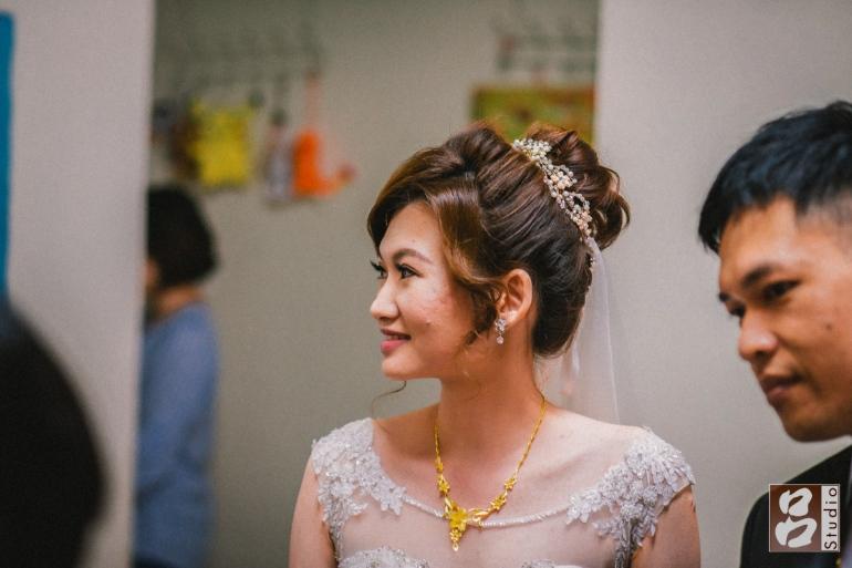 新娘側臉微笑