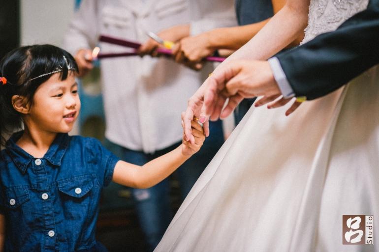 妹妹注意到新娘手上鑽戒