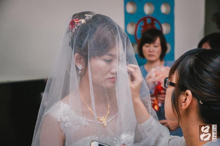 新娘蓋上頭紗掉淚